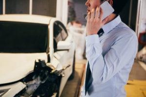 事故後電話をする画像